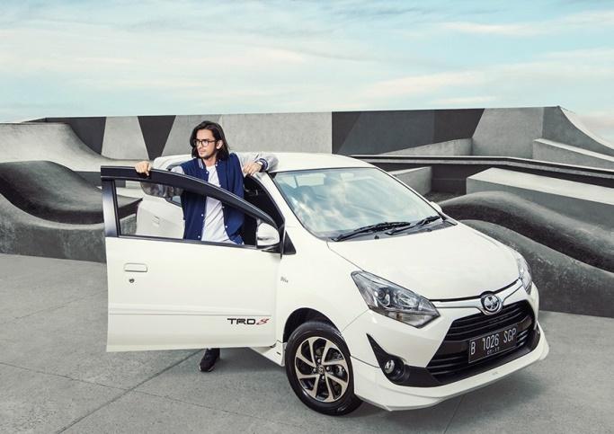 gambar menunjukkan sebuah mobil Toyota New Agya 2018 berwarna putih sedang diparkir di jalan
