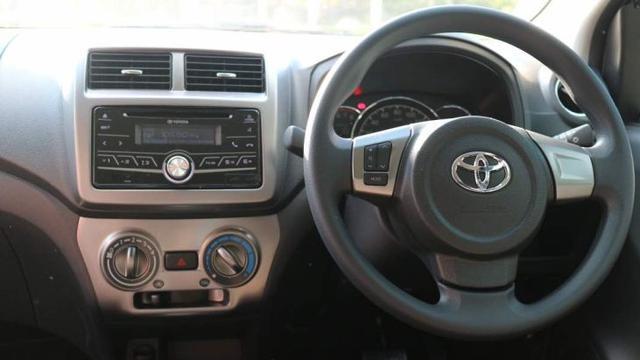 gambar menunjukkan interior dalam sebuah mobil Toyota New Agya 2018 berwarna putih
