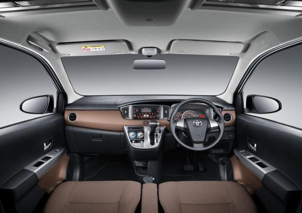 gambar menunjukkan interior sebuah mobil Toyota Calya berwarna putih sangat modern