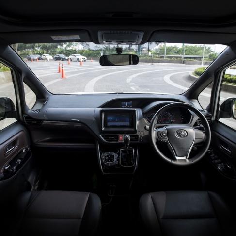 gambar menunjukkan sebuah interior dalam mobil Toyota All New Voxy