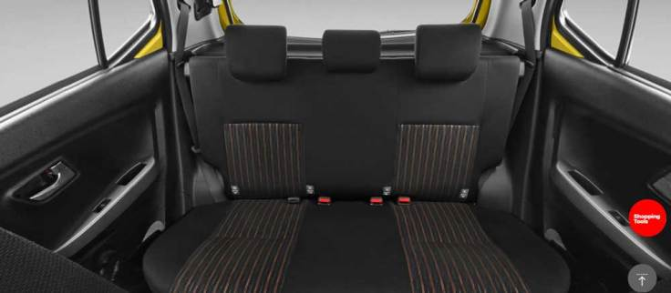 gambar menunjukkan kursi belakang sebuah mobil Toyota New Agya 2018 berwarna putih