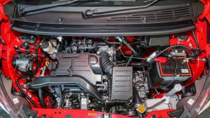 gambar menunjukkan mesin baru dalam sebuah mobil Toyota New Agya 2018