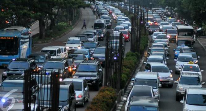 Gambar ini menujukkan banyak mobil sedang terjebak macet di jalanan