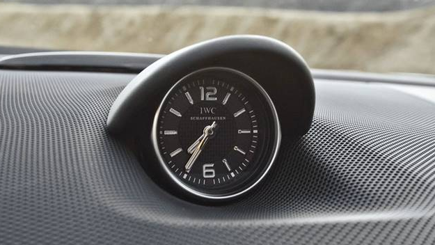Gambar ini menunjukkan jam pada dashboar mobil dengan angka 6 dan 12