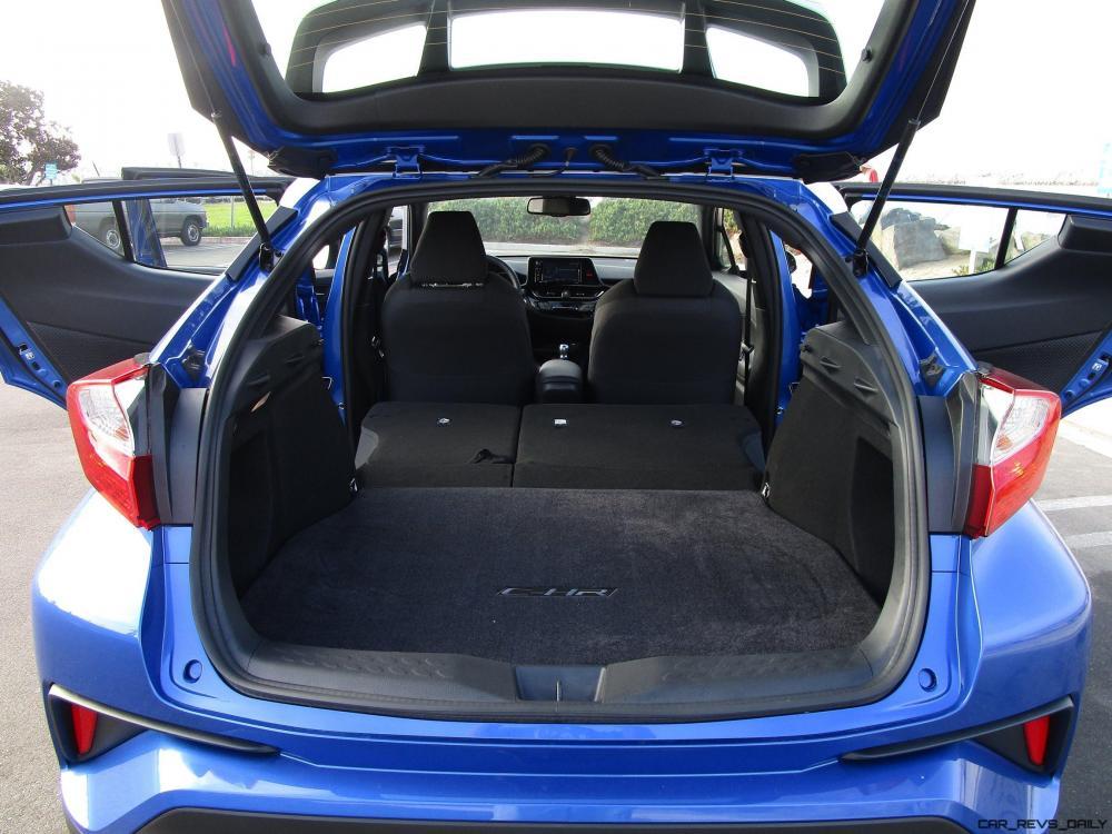 Ruang bagasi mobil Toyota C-HR 2018 berwarna biru