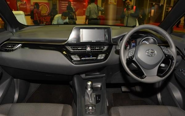 tampilan bagian dashboard mobil Toyota C-HR 2018