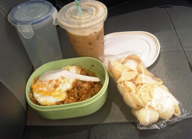Gambar ini menunjukkan makanan dalanwadah dan 2 minuman dalam tempat minum dan 1 bungkus kerupuk