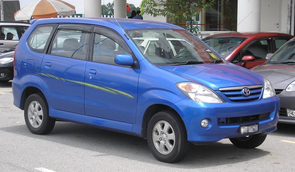 Gambar Toyota Avanza 2003 atau Avanza generasi pertama berwarna biru keren