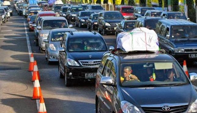 Gambar ini menunjukkan banyak mobil dengan berbagai merek sedang terjebak macet