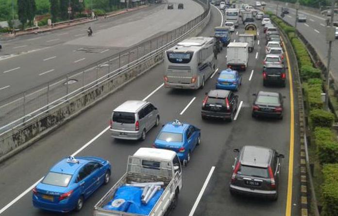 Gambar ini menunjukkan banyak Mobil dengan berbagai tipe sedang melaju