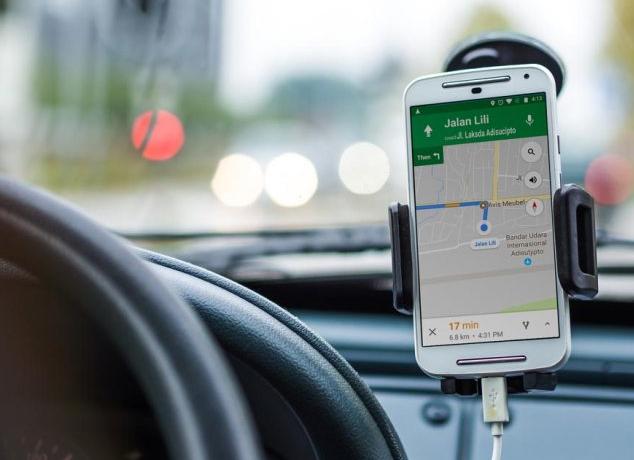 Gambar ini menunjukkan sebuah ponsel dengan gambar Google maps dalam sebuah mobil