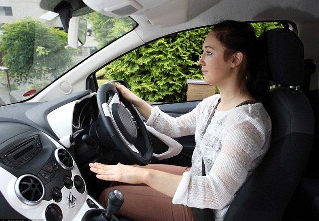 Gambar seorang cewek mengemudi mobil dengan nyaman