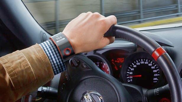 Seorang sopit memakai Smartwatch di tangannya