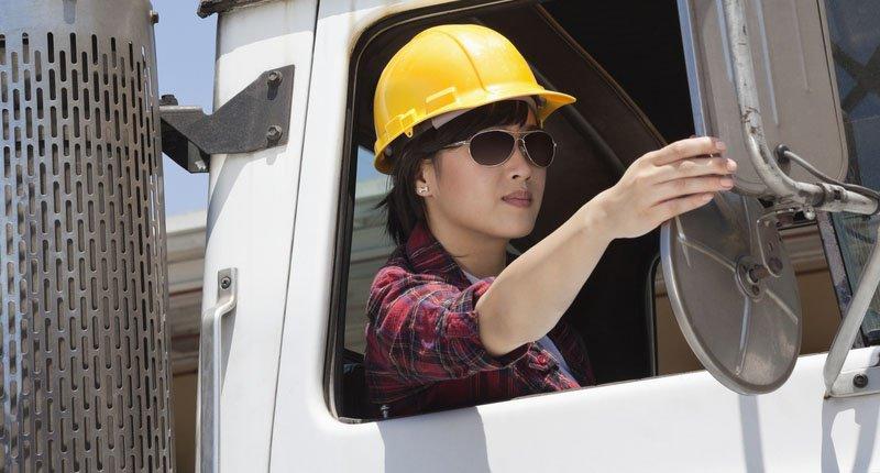 Seorang cewek cantik jadi pengemudi truk