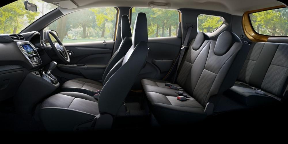 Gambar bagian kabin mobil Datsun Go Cross CVT 2018 dengan kursi berwarna hitam