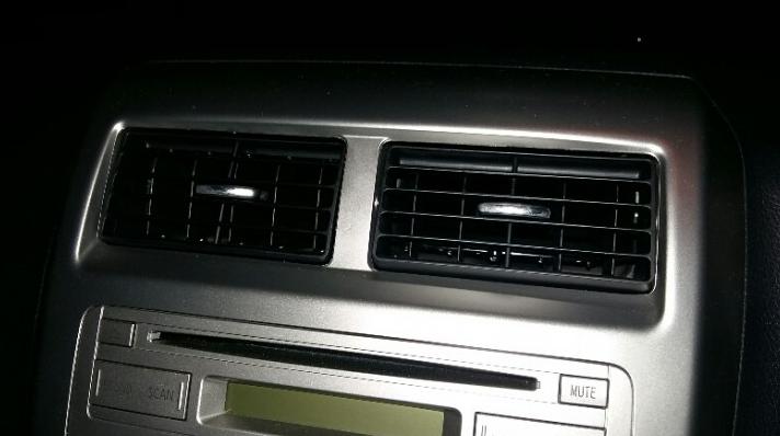 Gambar ini menunjukkan kisi-kisi Ac pada bagian dashboard mobil