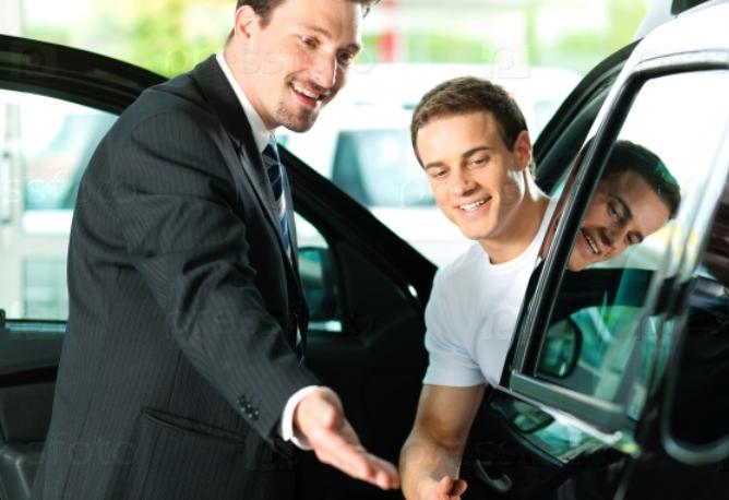 Gambar ini menunjukkan 2 orang pria yang satu di dalam mobil warna hitam dan yang satu lagi di samping mobil