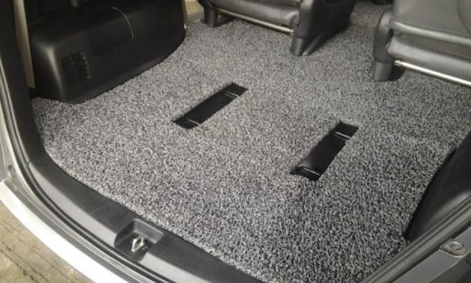 Gambar ini menunjukkan Karpet tambahan di dalam kabin mobil