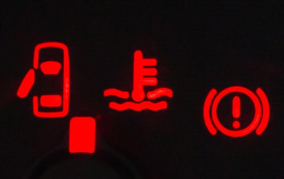 Gambar ini menunjukkan beberapa lampu indikator yang tempatnya di bagian dashboard