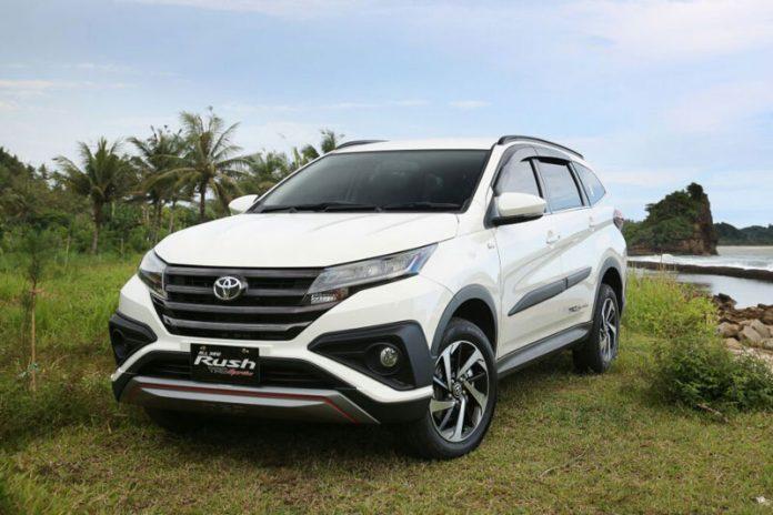 Gambar mobil Toyota Rush berwarna putih dilihat dari sisi depan