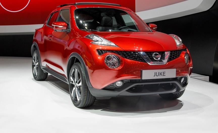 Gambar mobil Nissan Juke berwarna merah dilihat dari sisi depan