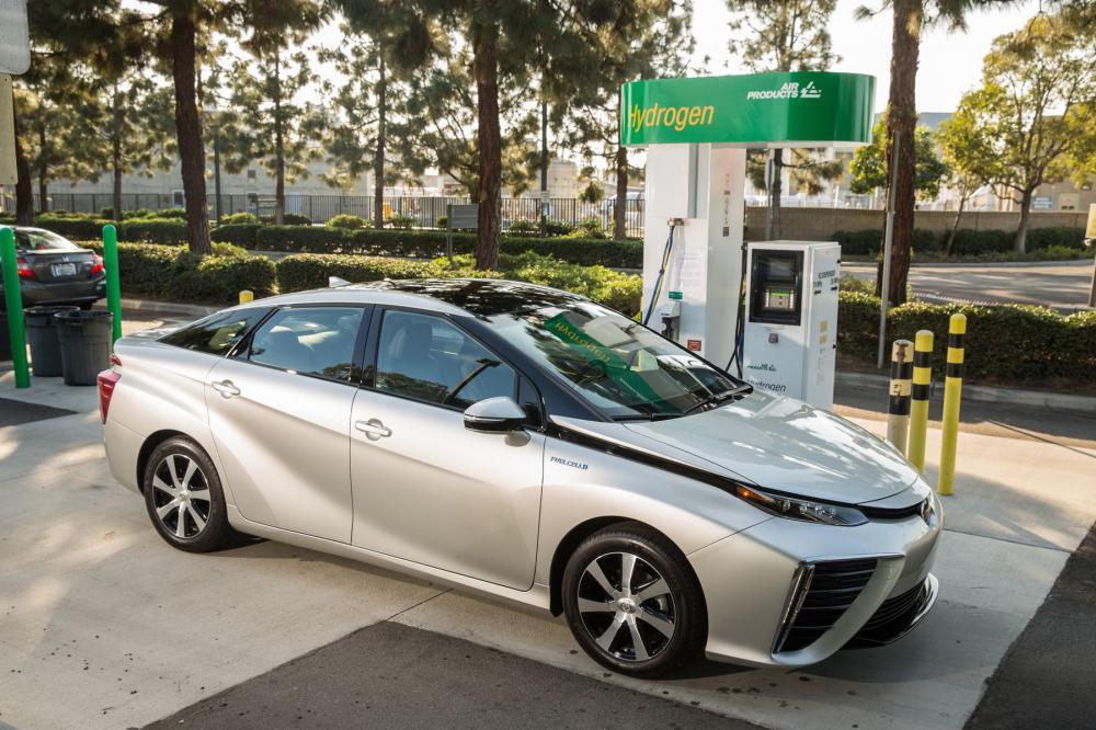 Toyota Mirai 2016 sedang isi ulang tenaga batterai