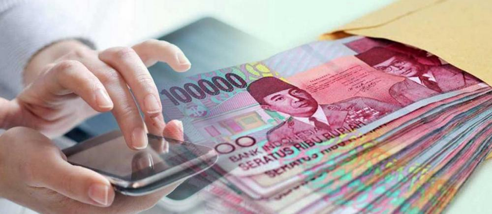 Gambar ini menunjukkan 2 buah tangan memegang smartphone dan terdapat beberapa lembar uang disampingnya