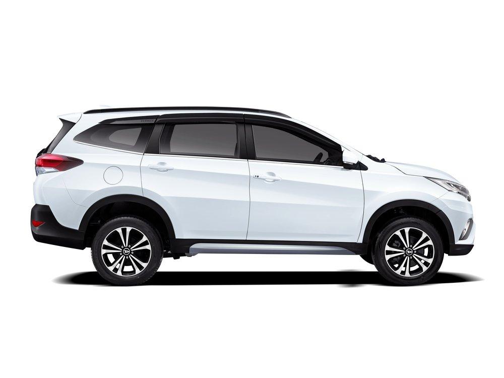 Gambar mobil  Daihatsu Terios X Deluxe A/T 2018 berwarna putih dilihat dari sisi samping