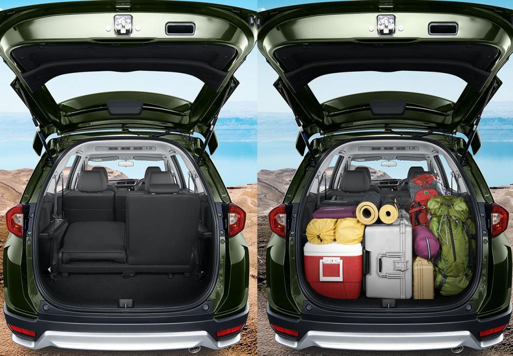 Gambar 2 mobil Honda BR-V E Prestige Facelift 2018 berwarna hijau, di sebelah kiri itu bagasi tidak angkat barang dan di sebelah kanan itu angkut full bagasi