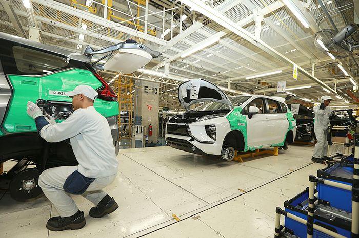 Gambar pekerja sedang merampungkan proses pembuatan Mitsubishi Xpander