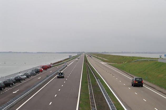 Gambar jalan tol Pantura yang lurus