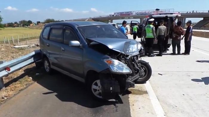 Gambar mobil Avanza yang rusak parah karena kecelakaan di jalan tol cipali