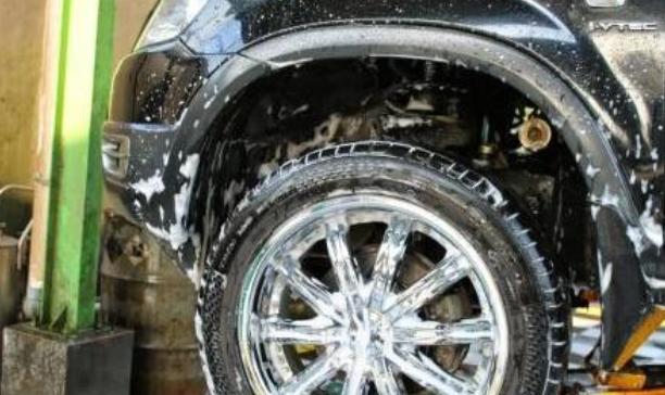 Gambar ini menunjukkan roda mobil dan spakbor serta bagian lain dalam kondisi basah