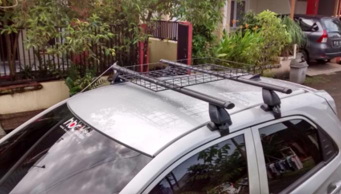 Gambar ini menunjukkan Roof Box yang terdapat pada Mobil LCGC