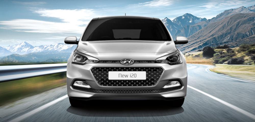 Hyundai i20 Terbaru 2018 berwarna silver dilihat dari sisi depan sedang berjalan