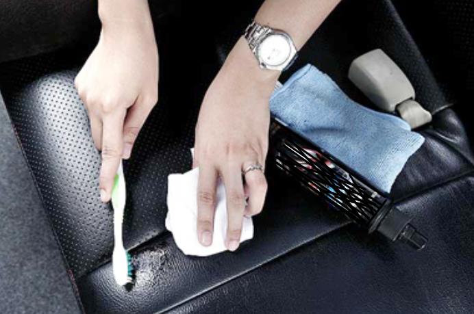 Gambar ini menunjukkan 2 buah tangan yang satu memegang kain dan yang satu memegang sikat