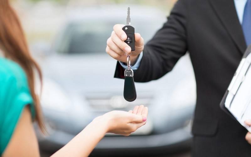 Gambar penyerahan kunci mobil baru dari leasing dealer