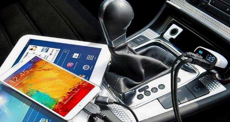 Gambar ini menunjukkan 2 buah ponsel dan yang satu sedang di charger di dalam mobil