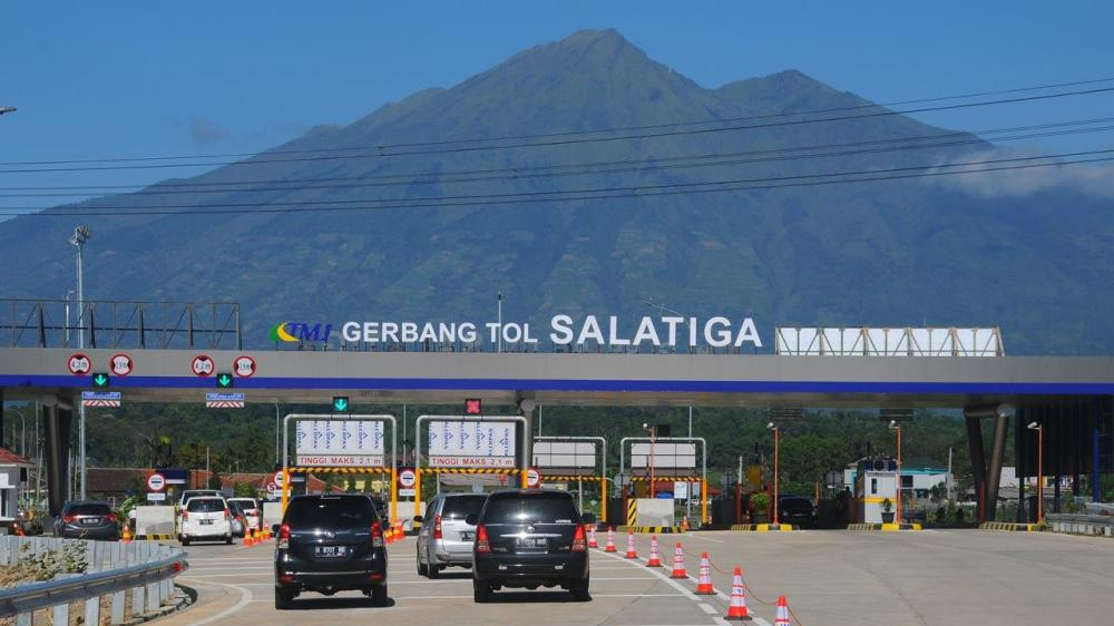 Foto Gerbang tol Salatiga dengan background pemandangan gunung yang indah