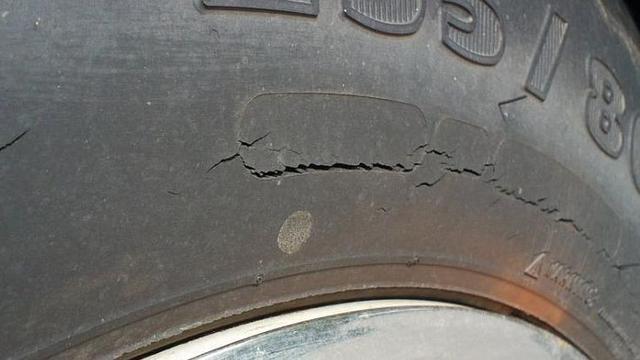 Gambar menunjukkan ban mobil terlihat retak