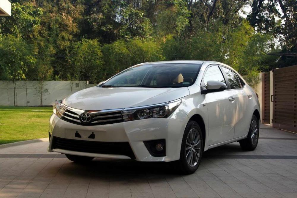Eksterior depan Toyota Corolla Altis 2017 terlihat mengagumkan dengan mengusung lampu LED Projector dan DRL