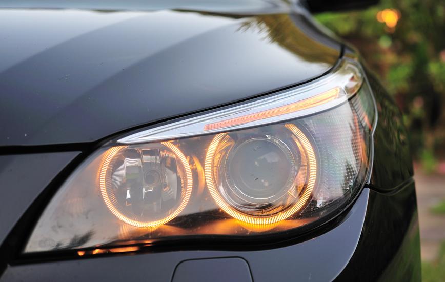 Gambar ini menunjukkan headlamp pada mobil warna hitam dengan desain yang sangat keren