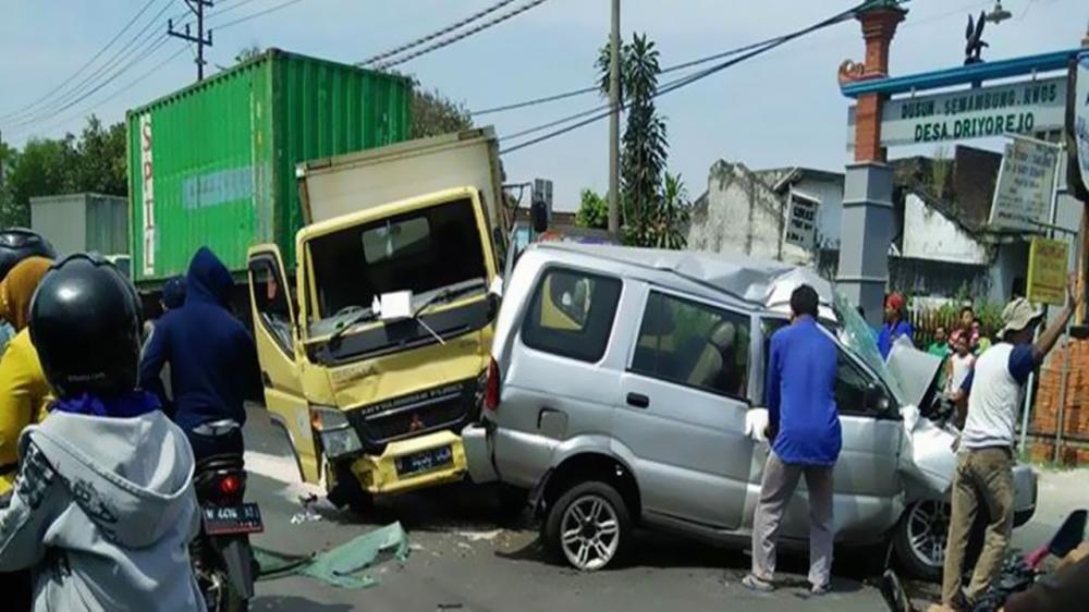 Gambar kecelakaan sebuat truk menabrak minibus hingga rusak parah