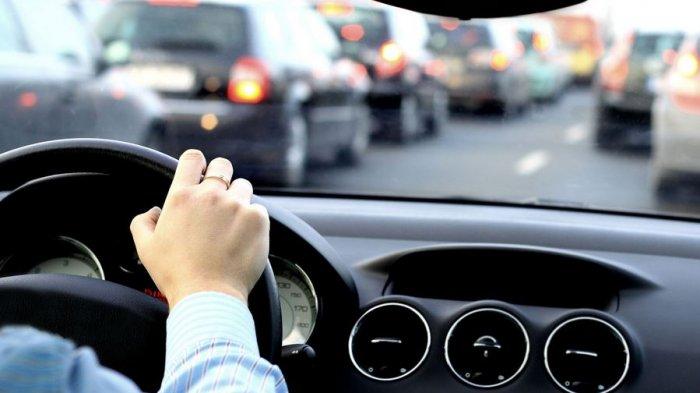 Seorang pengemudi sedang fokus di jalan raya
