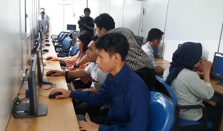 Gambar peserta simulasi tes psikologi SIM sedang menjalani tes