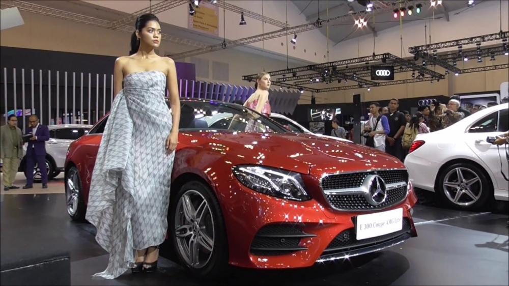 Seorang model berpose di Booth Mercedes-Benz GIIAS 2017
