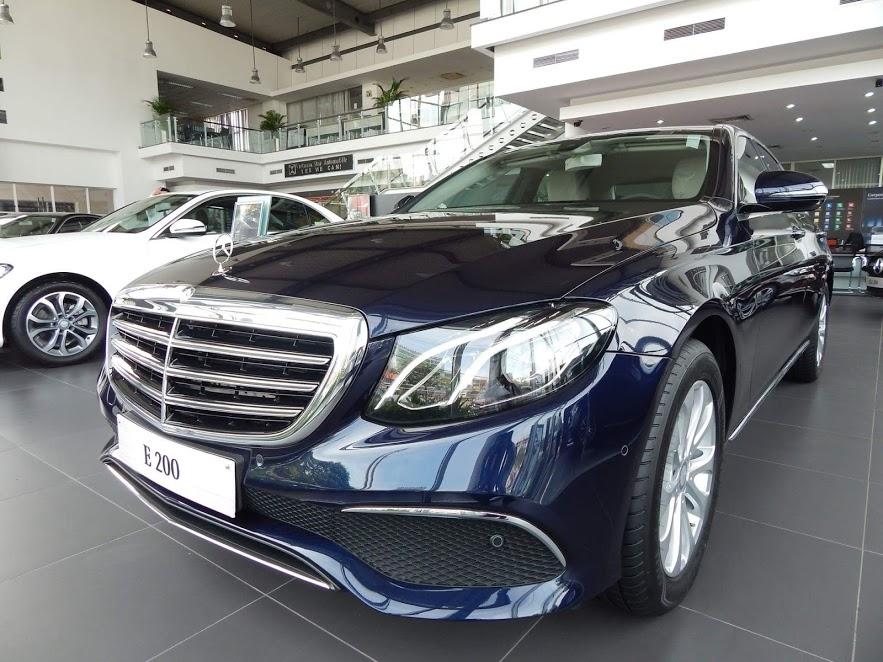 Gambar mobil Mercedes-Benz di sebuah dealer