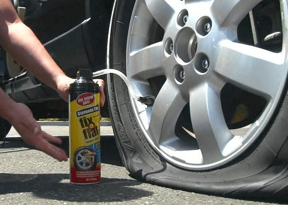 Gambar ini menunjukkan sebuah tangan memegang cairan untuk mengisi ban tubeless mobil