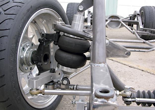 Gambar ini menunjukkan ban mobil dan rangka serta suspensi udara pada kendaraan