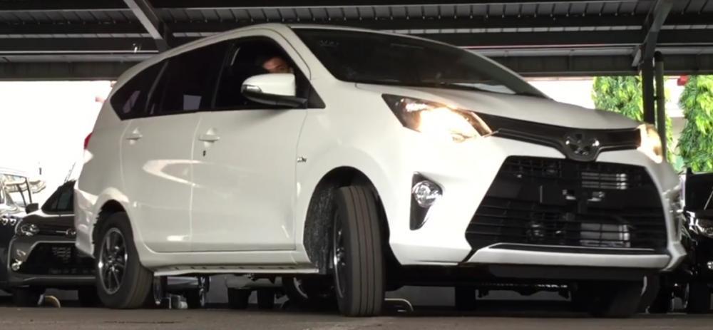 Gambar ini menunjukkan Mobil Toyota Calya sedang berbelok menikung